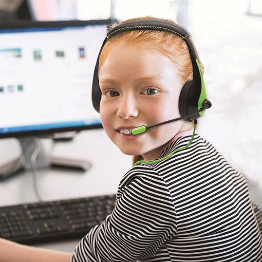 Tjej vid dator som har på sig grönt headset från AVID