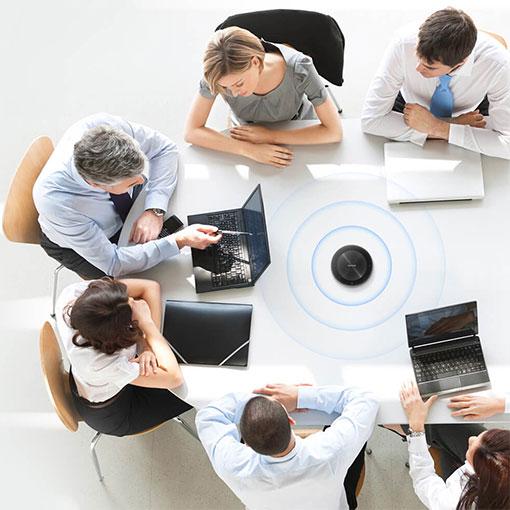 Sex personer som använder en konferenstelefon från MaxHub