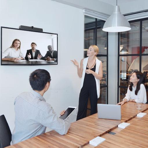 Videomöte med tre personer som använder konferenskamera från MaxHub